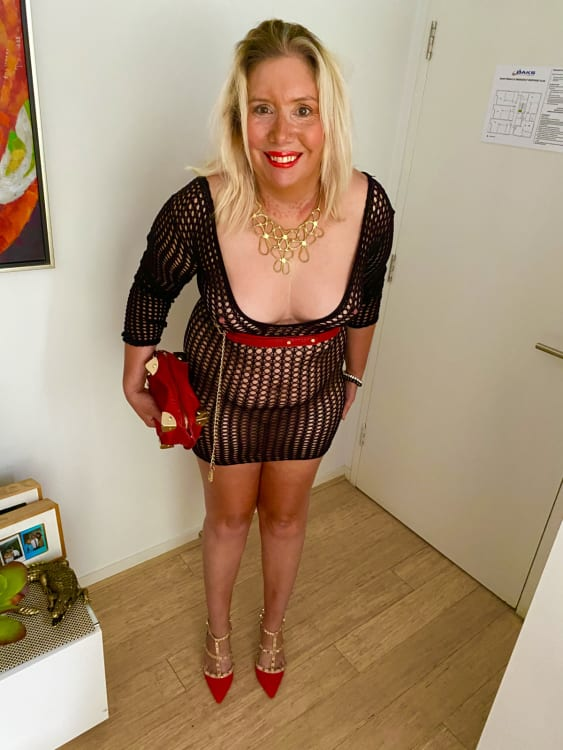 Melbourne escort Mandy in black outfit and red shoes & handbag